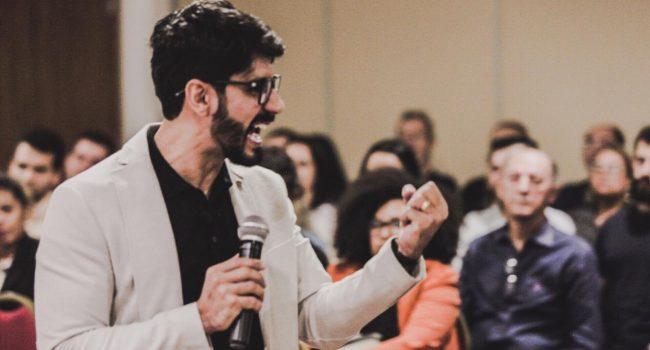 Palestra motivacional, palestrante, pessoas, homem com microfone